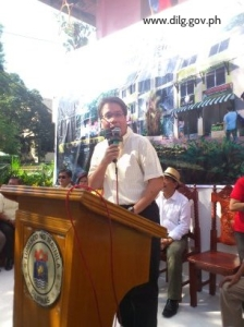 DILG Secretary Mar Roxas leads groundbreaking for Manila resettlement project.