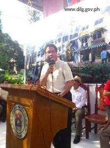 DILG Secretary Mar Roxas leads groundbreaking for Manila resettlement project.