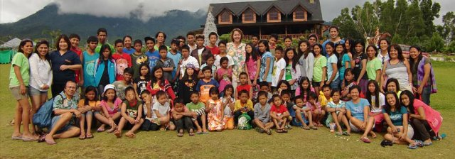Ms. Anna Balcells with the children from KNFI